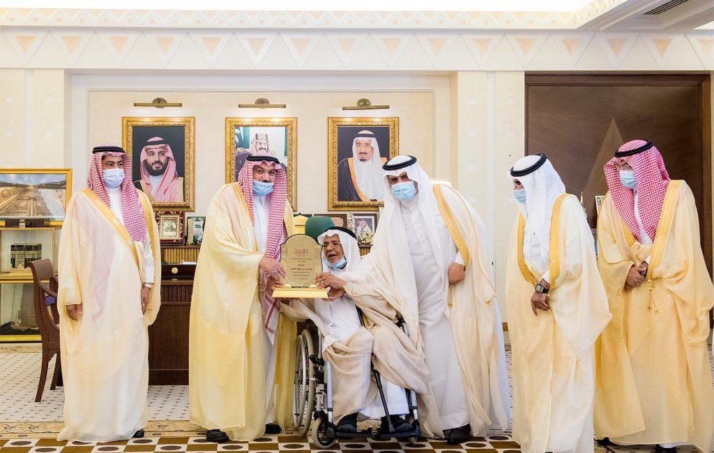 سمو أمير منطقة القصيم يقوم بتكريم